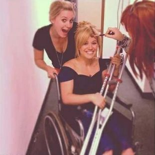 Kelly Clarkson Posted Photo in Twitter Page Sitting on a Wheelchair
